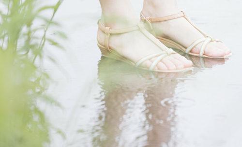 雨の中に立つ女性