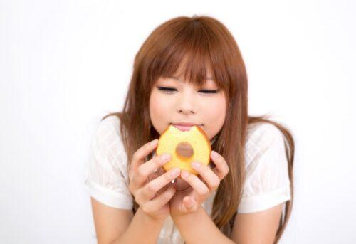 img_お菓子を食べる女性_3746