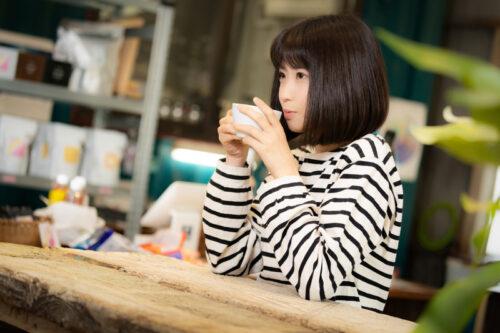 img_コーヒーを飲む女性_29319