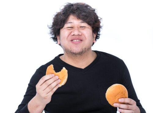 食べ続ける男性