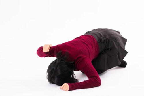 床をたたく女性